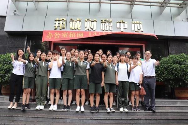 东莞市电子科技学校一行学生来【邦诚集团】参观学习